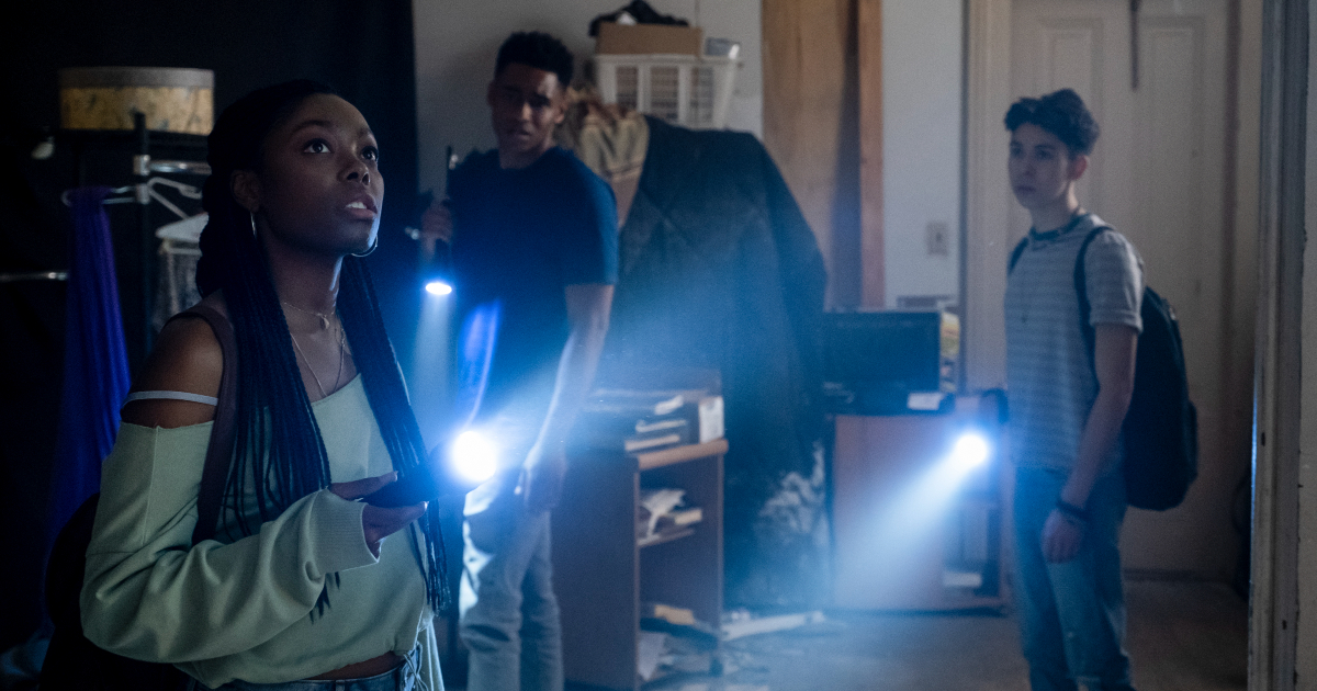 un gruppo di ragazzi con la torce accese sta esplorando la casa infestata dai vampiri - nerdface