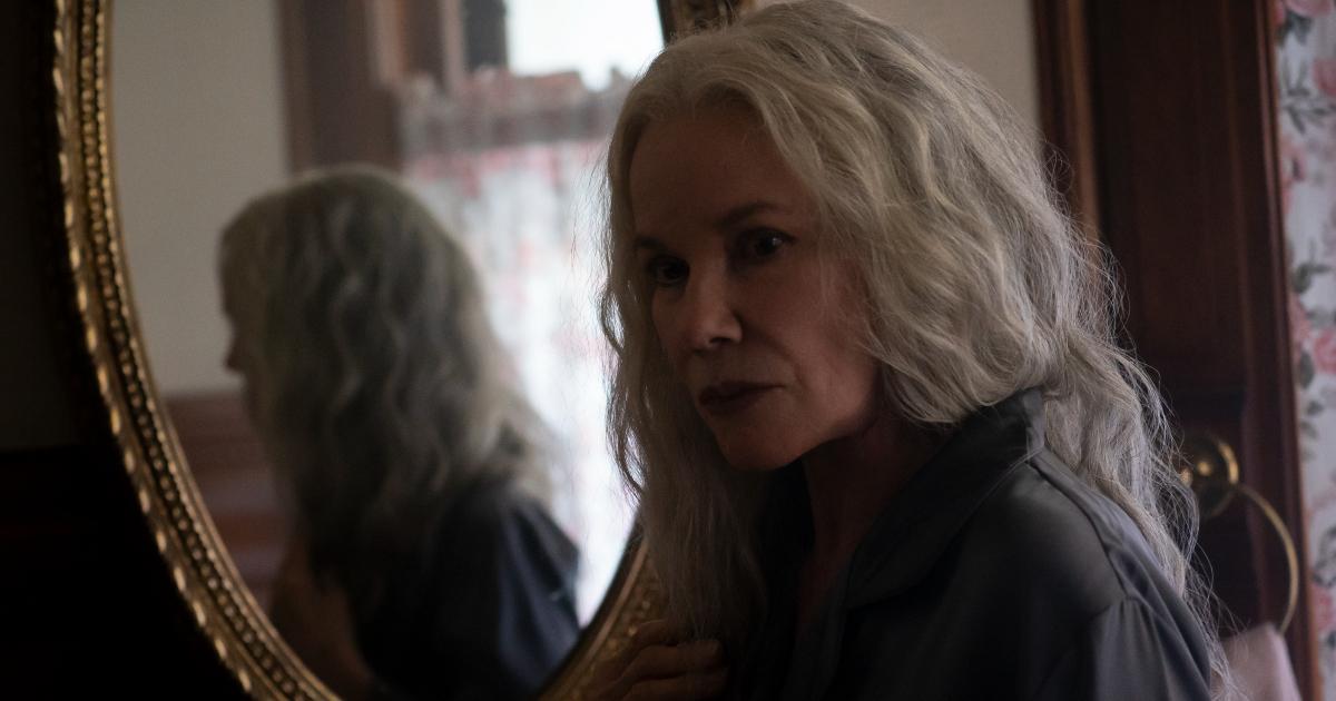 qualcosa attira l'attenzione di un'anziana donna che stava davanto lo specchio in the manor - nerdface