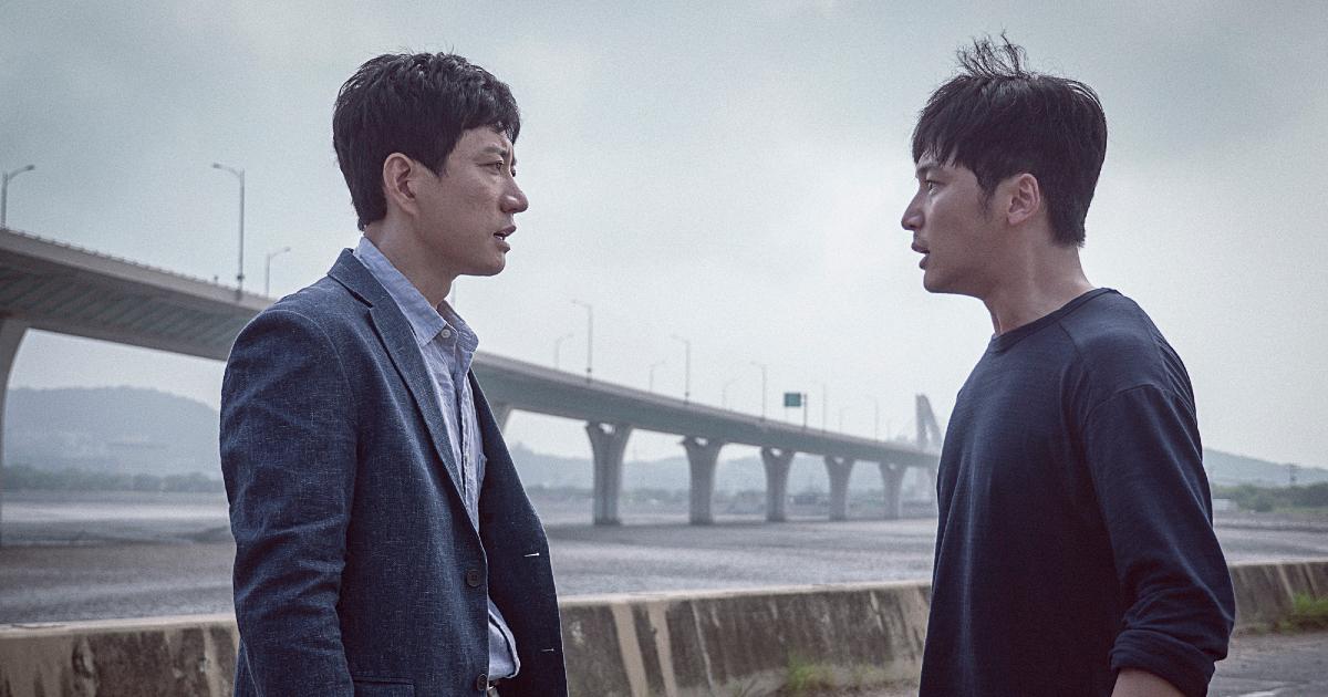 i due uomini che rivivono il loop temporale si confrontano davanti un ponte - nerdface
