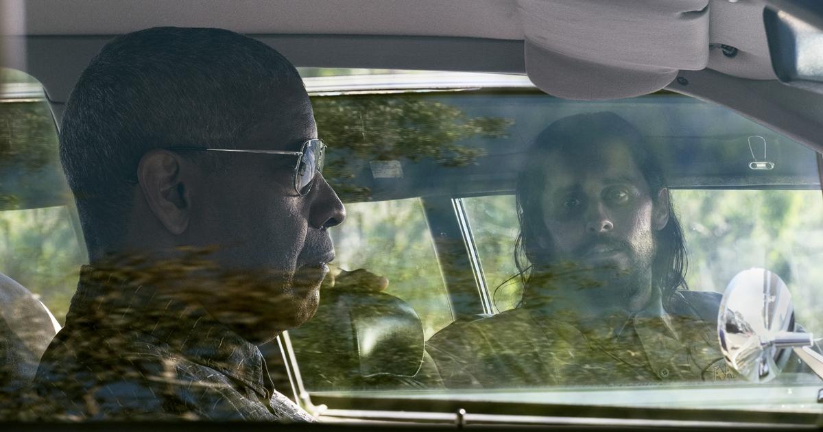jared leto, dalla sua macchina, guarda un impoertirbabile denzel washington seduto in un'altra macchina