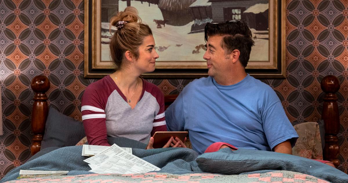 la coppia si guarda a letto, ma lui non sa che lei vuole farlo fuori - nerdface