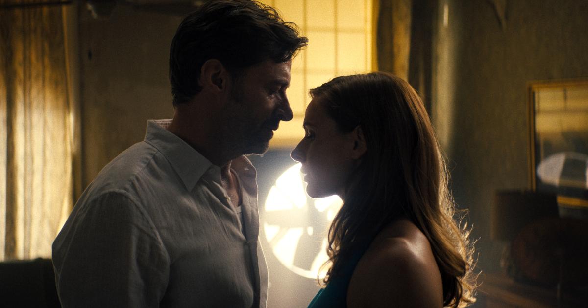 hugh jackman e rebecca ferguson stanno per baciarsi, nella penombra dell'appartamento di lei - nerdface