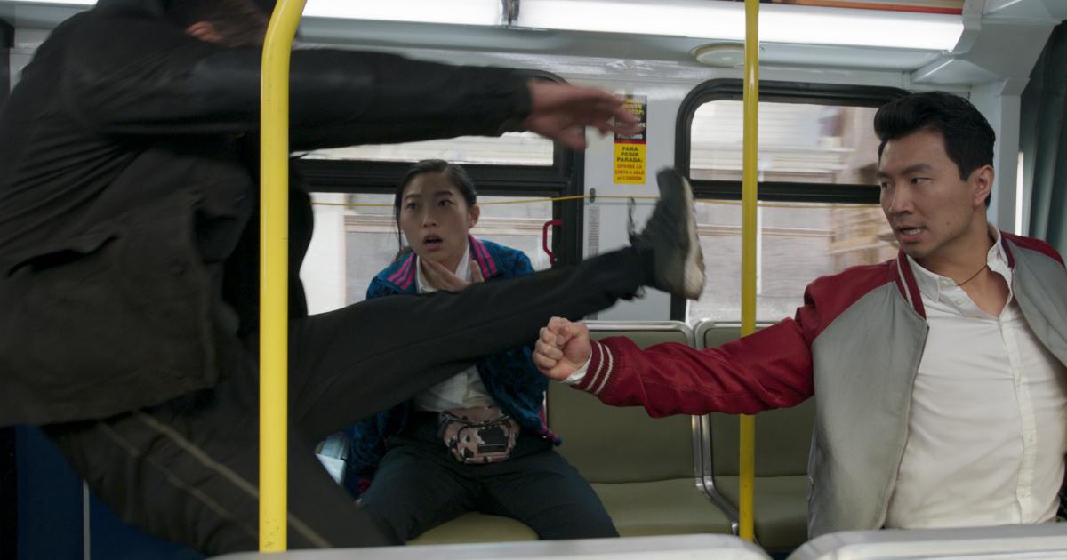 shang-chi sferra un pugno a iun avversario all'interno di un autobus - nerdface