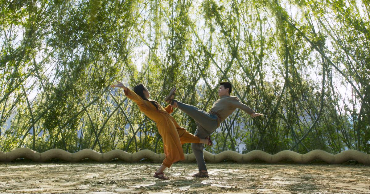 shang-chi si allena all'inteerno di un bosco di bambù - nerdface