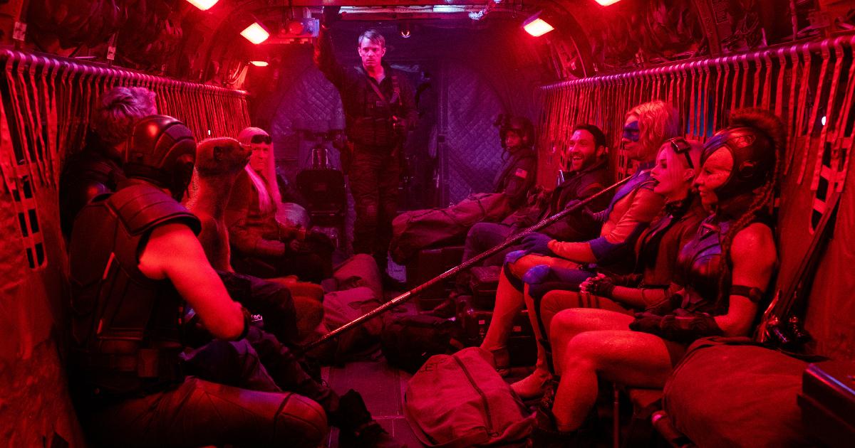 la suicide squad è in una aereo cargo e sta ricevendo gli ordini dal loro capo missione - nerdface