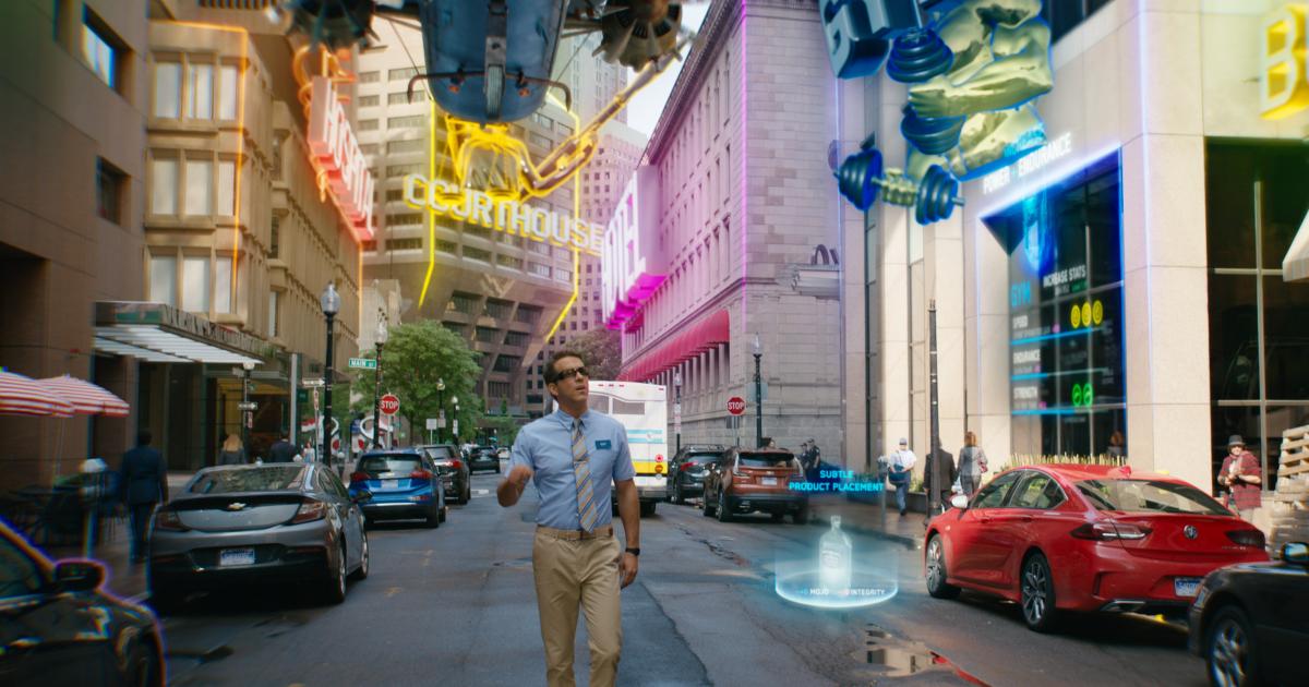 ryan reynolds cammina su una strada di un videogame - nerdface