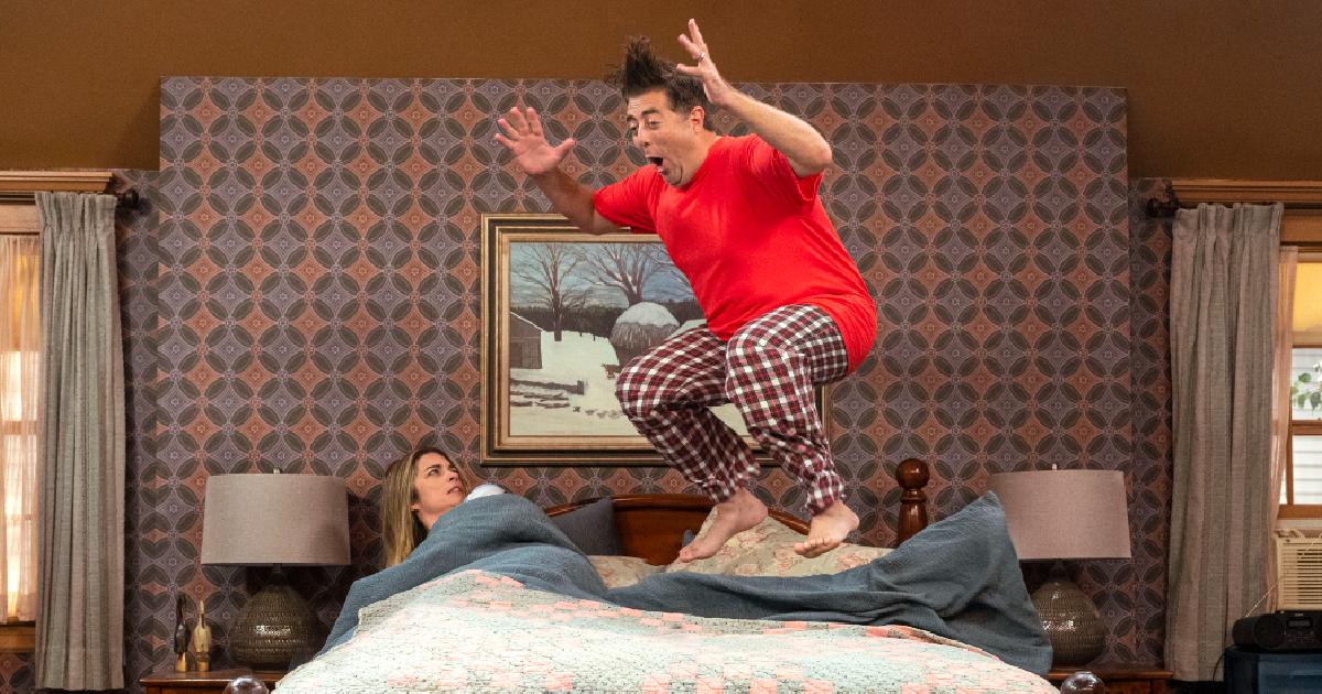 lui salta sul letto, mentre è sotto le coperte e lo guarda con perplessità - nerdface