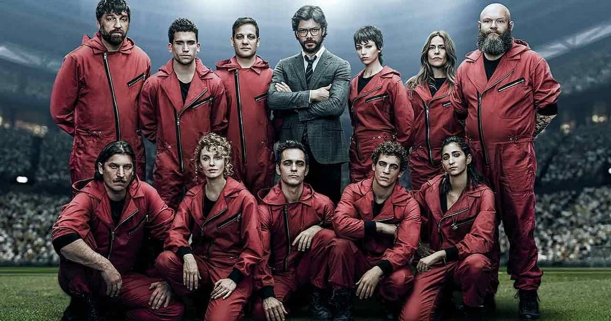 la banda nelle sue tute rosse posa su un campo da calcio come una squadra - nerdface
