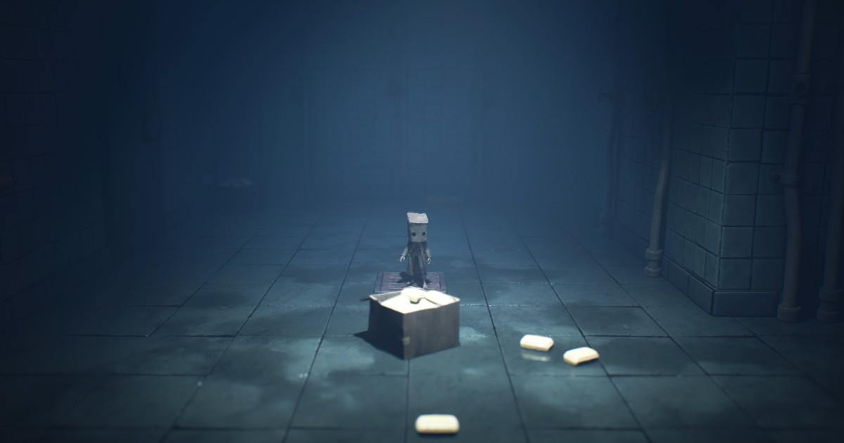 Il protagonista di Little Nightmares II in piedi su uno scatolone - nerdface