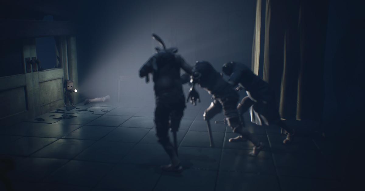 Il protagonista di Little Nightmares II illumina con una torcia tre mostruose figure - nerdface