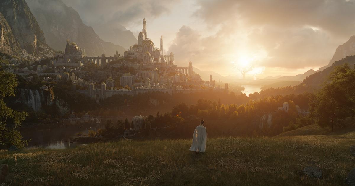 la prima immagine ufficiale di the lord of the rings mostra una figira vestita di bianco e in lontananza una città - nerdface