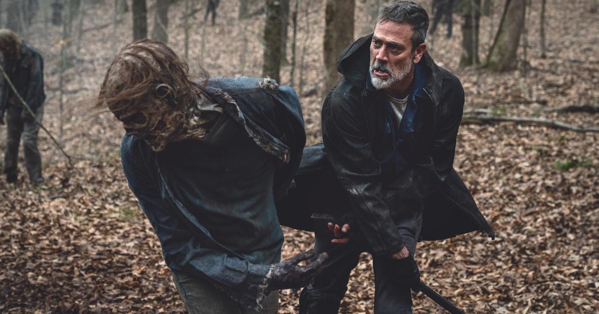negan prende a mazzate un zombie con la sua mazza camille - nerdface