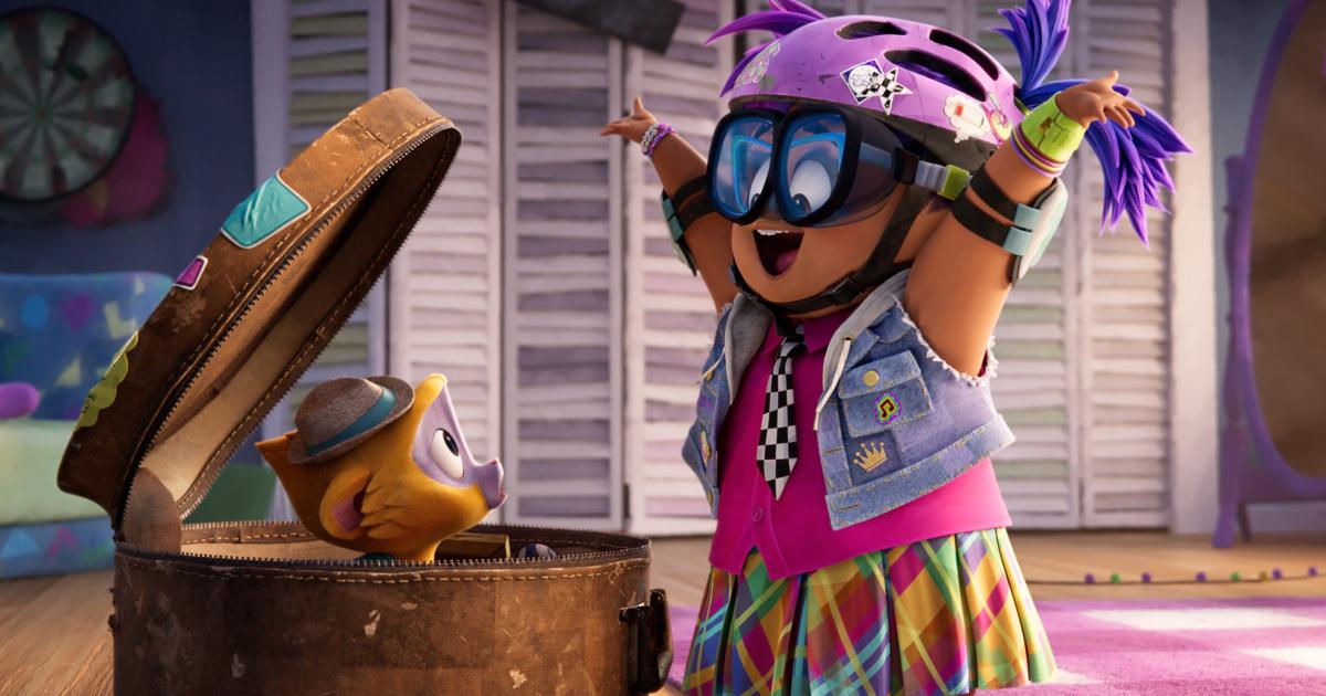 una ragazza con un casco da bicicletta è entusiasta nel vedere una scimmietta uscire da una cesta - nerdface
