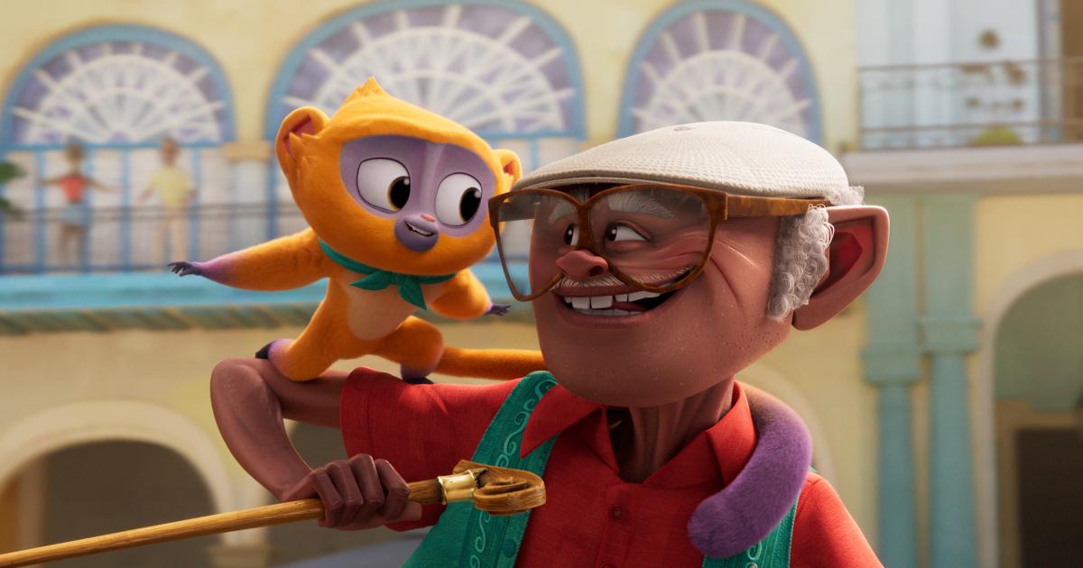 l'anziano protagonista tiene sul braccio la sua scimmietta e si guardano e sorridono - nerdface