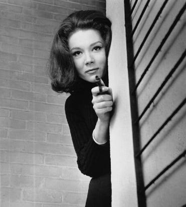 un ritratto di diana rigg in agenti segreti, mentre si affaccia da un muro impugnando una piccola pistola - nerdface