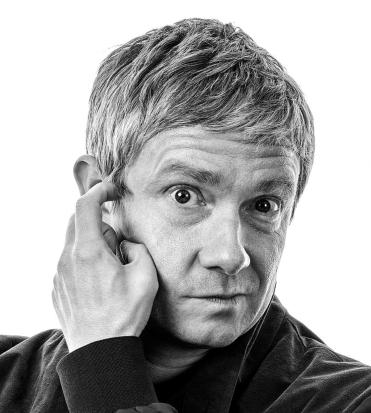 un divertente ritratto in bianco e nero di martin freeman, mentre si gratta l'orecchio - nerdface