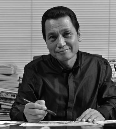 tetsuo hara in un ritratto in bianco e nero guarda in camera e sorride mentre disegna - nerdface