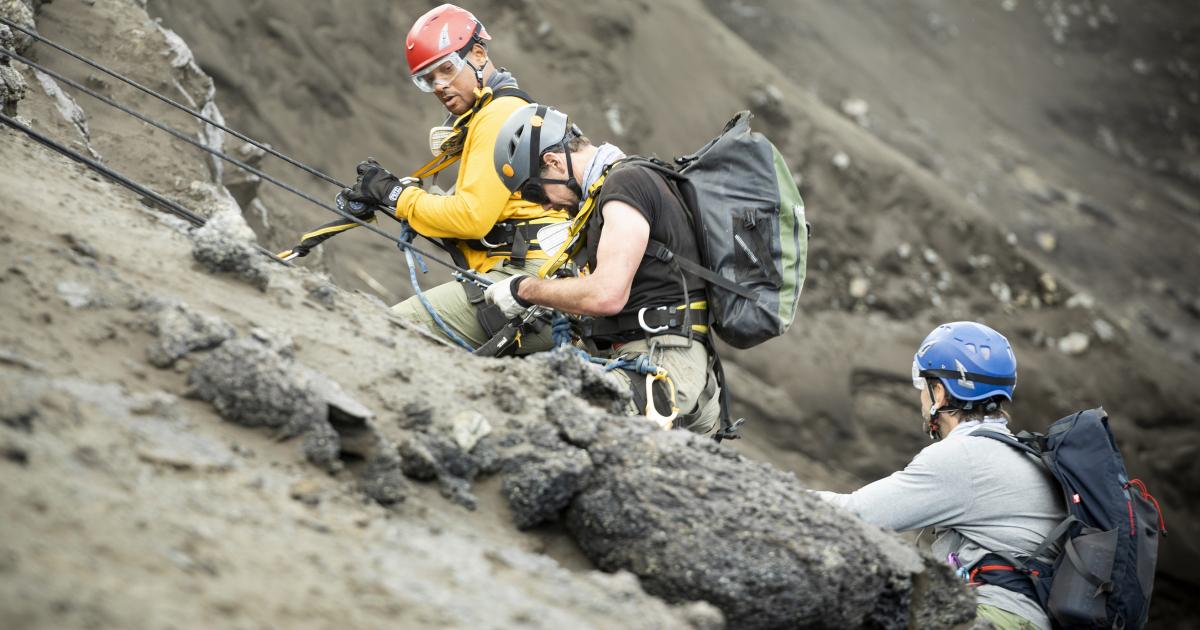 will smith imbracato e col caschetto rosso si arrampica sulla parete di una montagna - nerdface