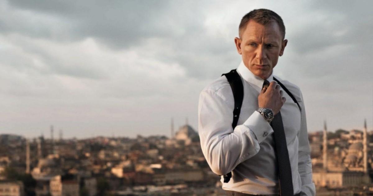 Daniel Craig con sullo sfondo lo skyline di una città - nerdface