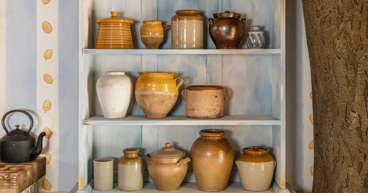 i vasi pieni di miele disponibili nella casa di winnie the pooh - nerdface