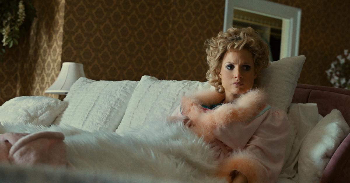 jessica chastain è tammy faye, distesa su un divano - nerdface