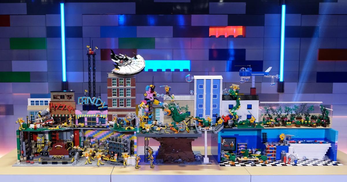 una incredibile costruzione fatta con i lego rappresenta un parco giochi - nerdface