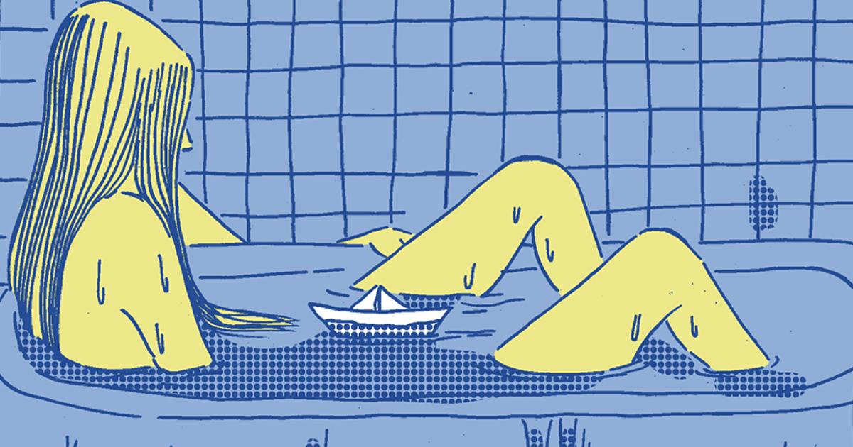 la protagonista è nella vasca da bagno con una barchetta di carta - nerdface