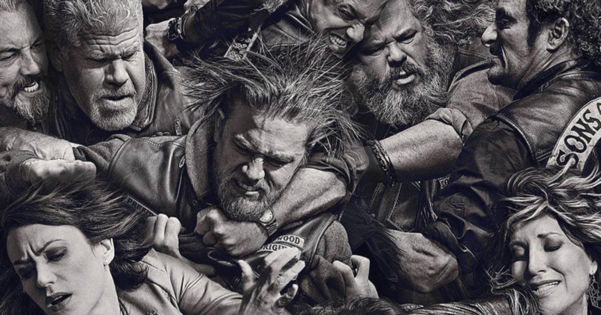 tutti i personaggi principali di sons of anarchy sono ripresi in un ritratto in cui sembra stiano avvinghiati in una rissa - nerdface