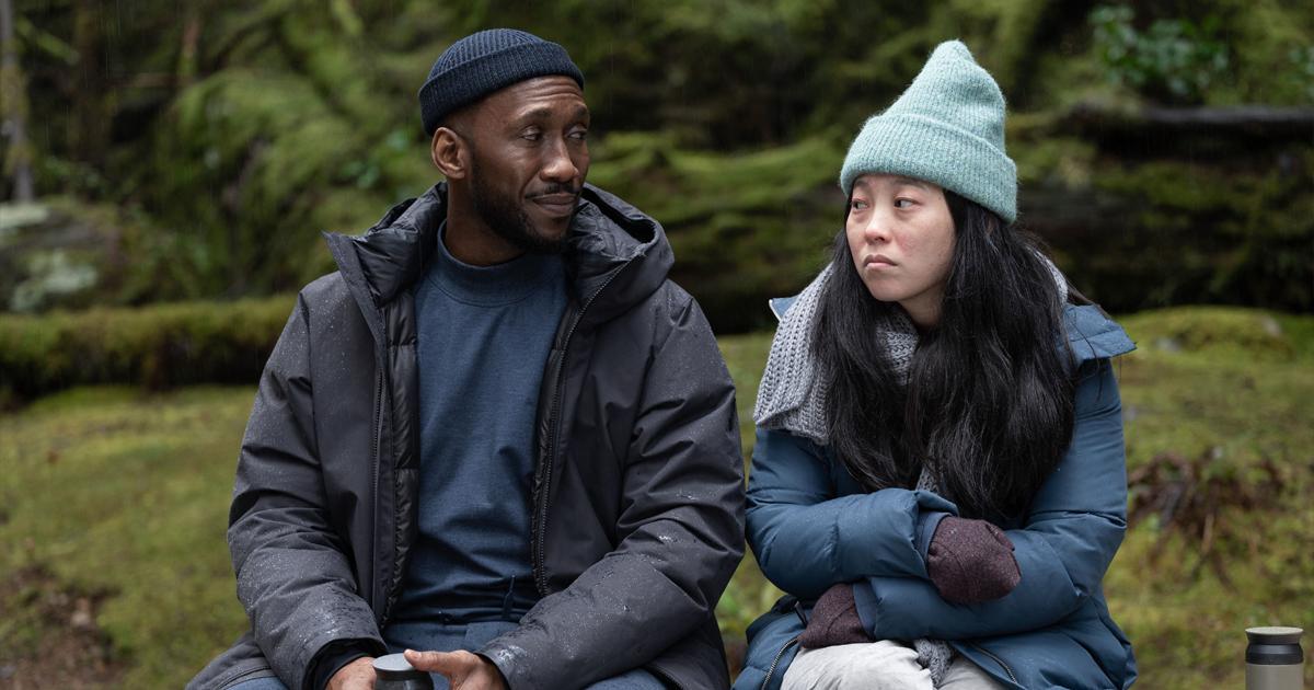 due personaggi di swan song parlano seduti su una panchina - nerdface