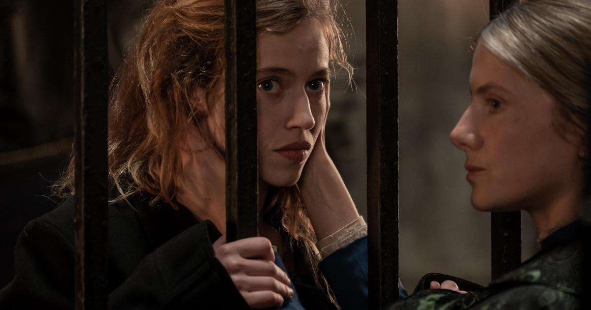 la protagonista impriogionata riceve una carezza dalla donna che l'ha in cura - nerdface