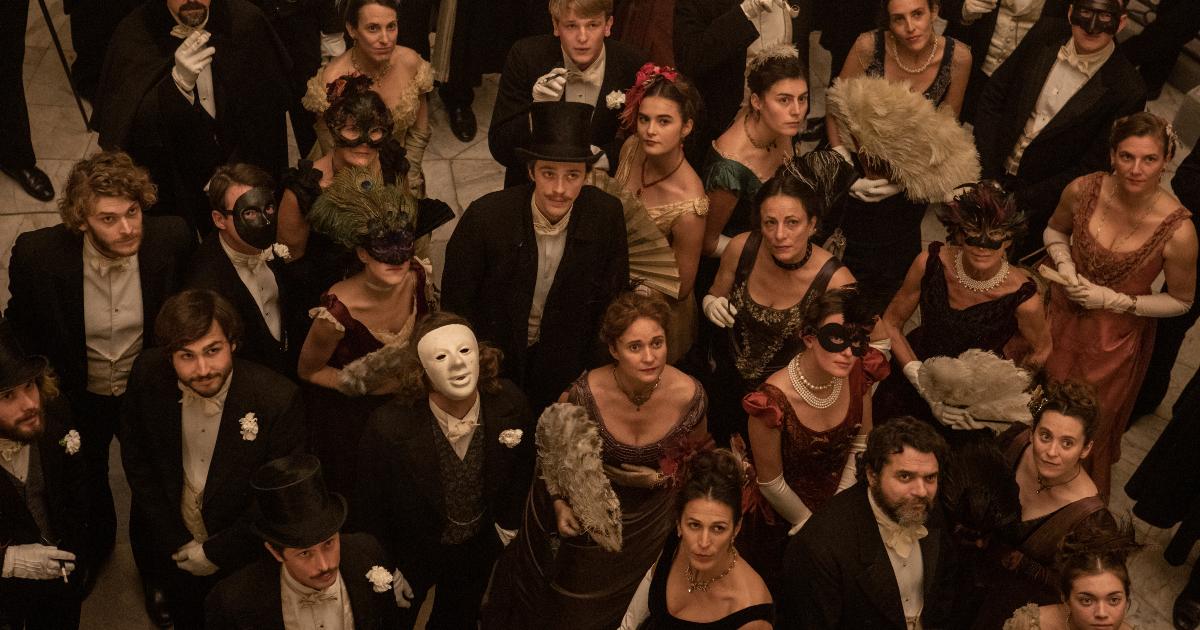i partecipanti del bal des folles guardano in alto tutti insieme - nerdface