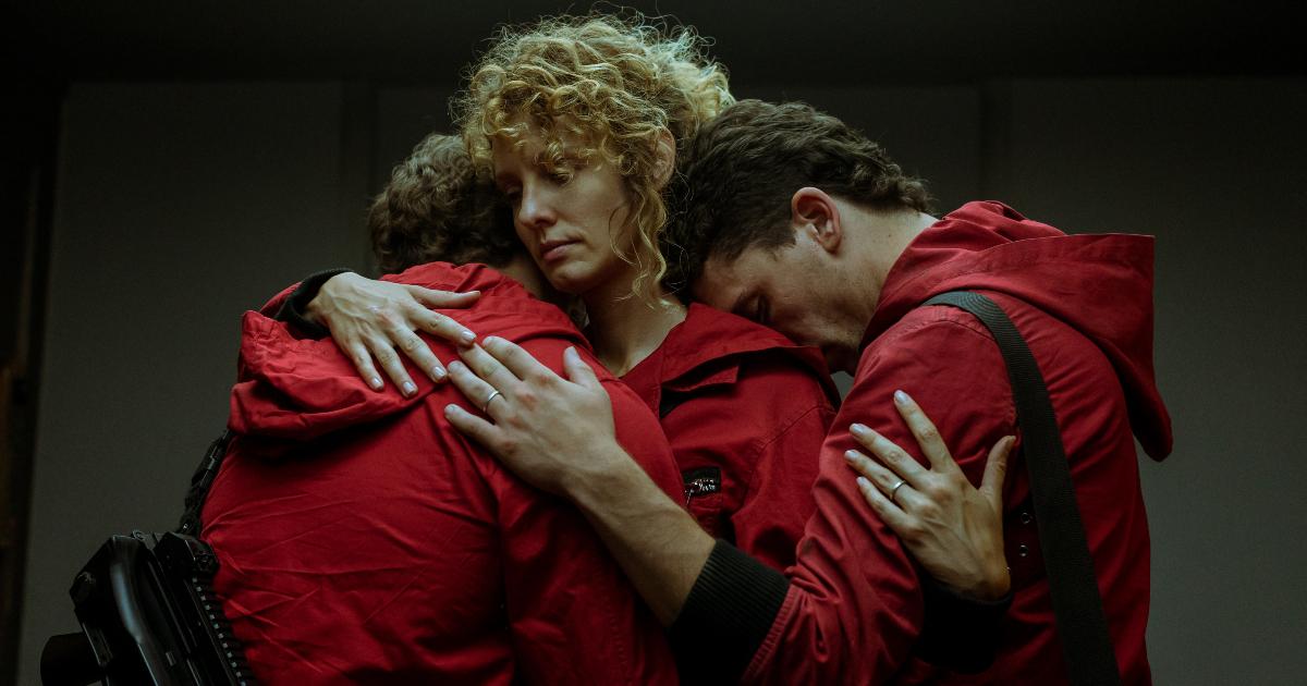 tre della banda si abbracciano e chiudono gli occhi - nerdface