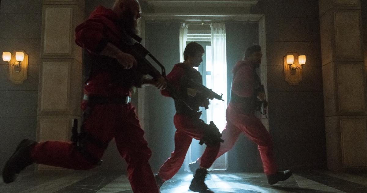 tre della banda corrono imbracciando i fucili - nerdface