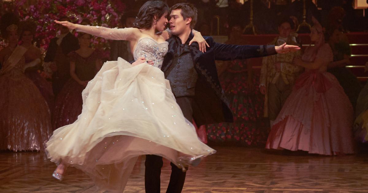 cenerentola balla insieme al principe e non tocca terra - nerdface