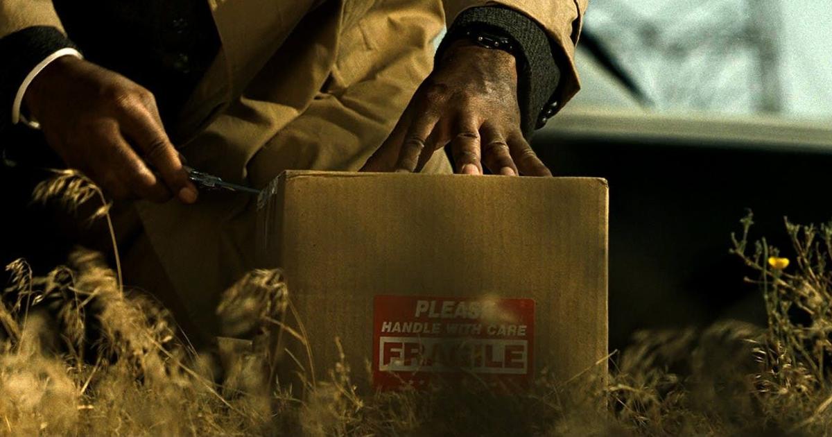 un poliziotto sta per aprire la scatola di cartone sul finale del film - nerdface