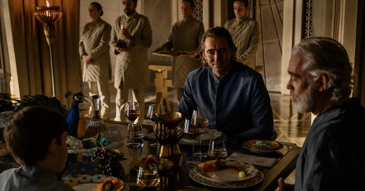 l'imperatore è seduta a una tavola riccamente imbandita insieme ad altri uomini - nerdface