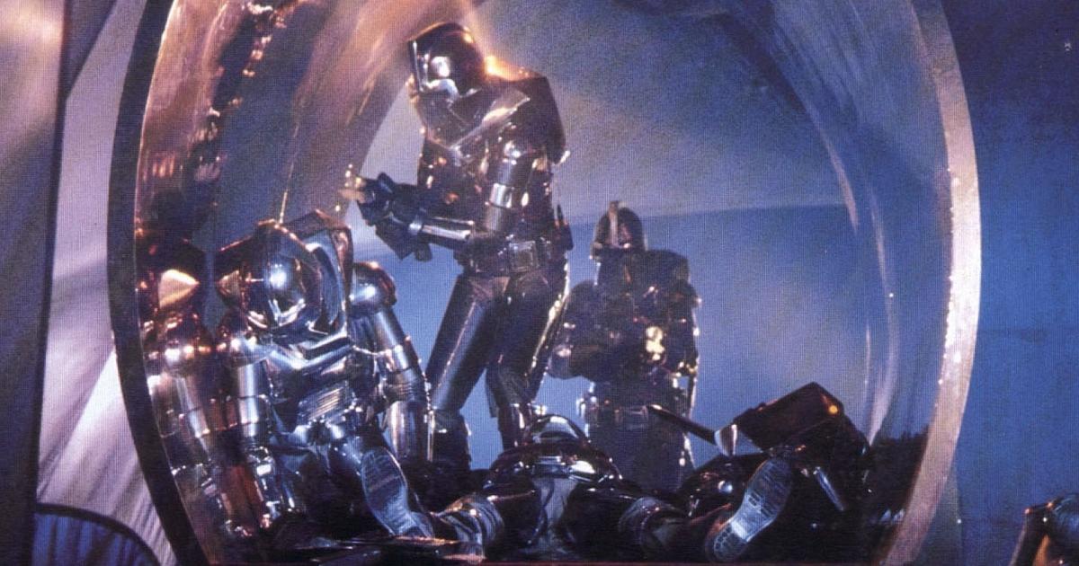 i cylon stanno cercando di entrare in una nave - nerdface