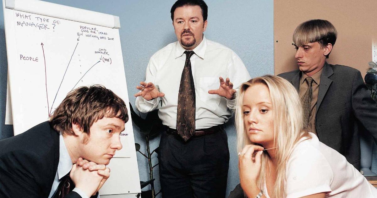 martin freeman è col cast di the office e sembra assorto mentre il capo spiega qualcosa alla lavagna - nerdface