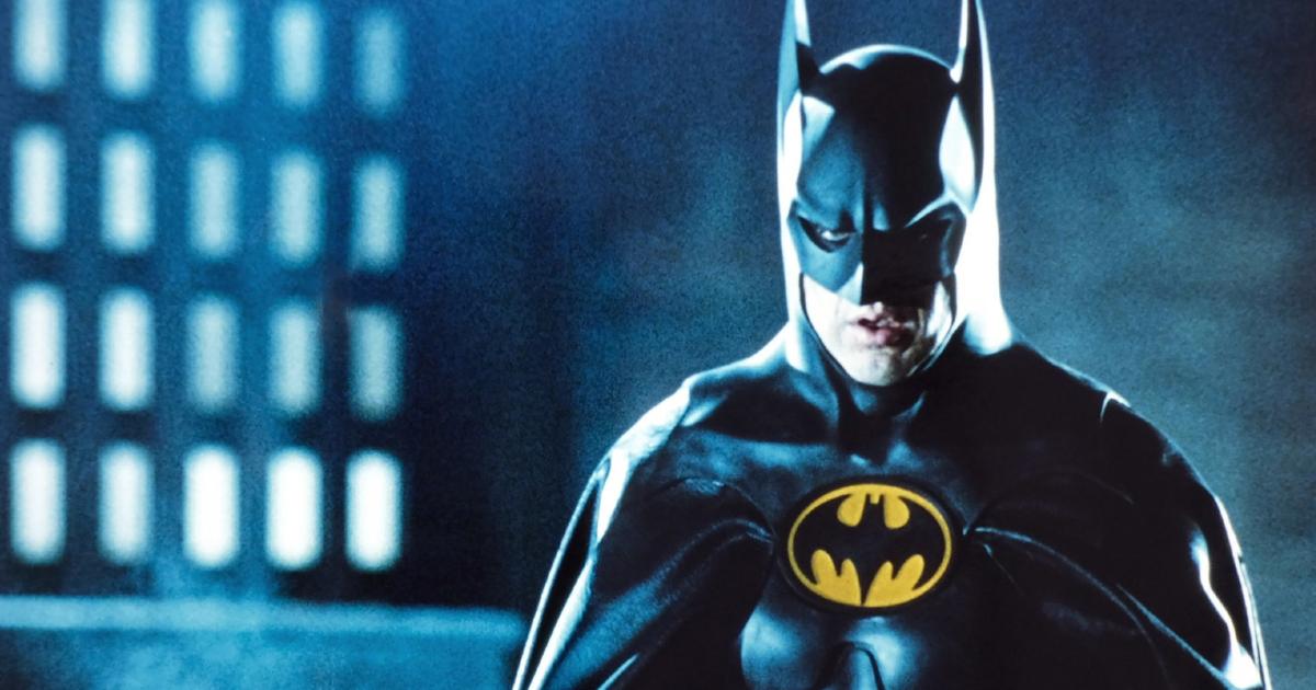 michael keaton è nel pesante costume di batman in uno dei film di tim burton - nerdface