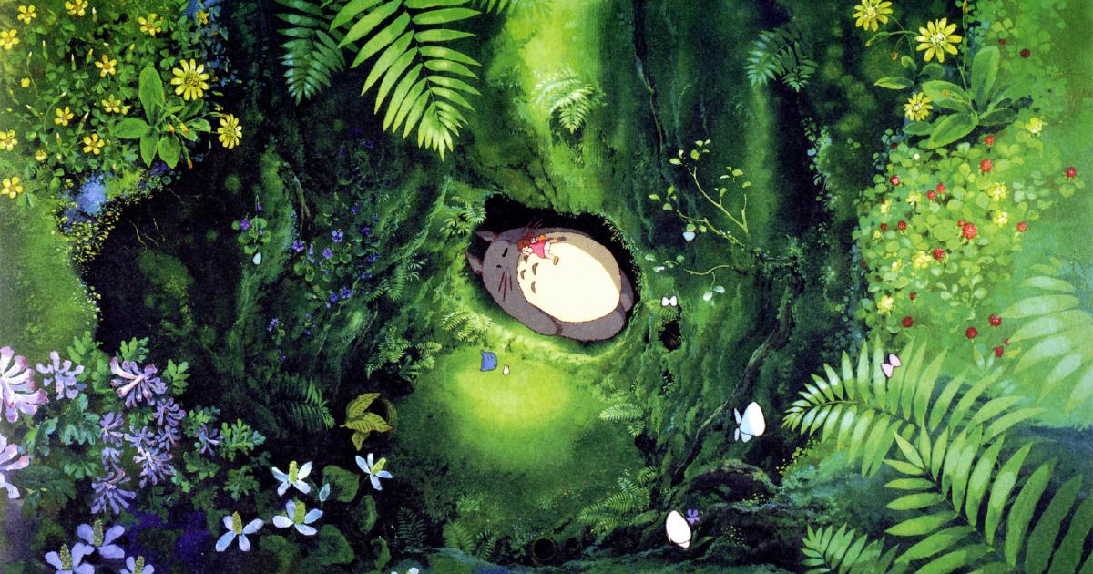 immersi nel verde del bosco, la protagonista e totoro dormono insieme - nerdface