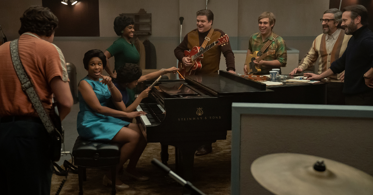 aretha franklin al pianoforte è circondata da musicisti - nerdface