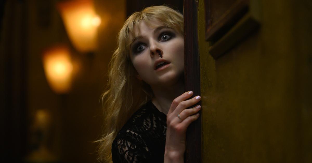 la protagonista si affaccia spaventata da una porta: forse che ha visto il portale? - nerdface
