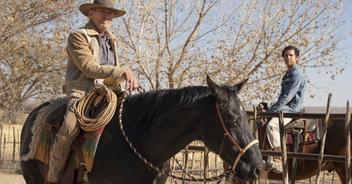 eastwood e il ragazzo che deve scortare sono a cavallo - nerdface