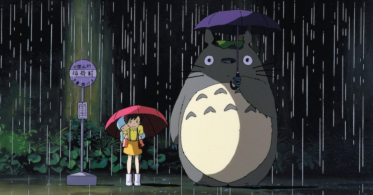 la celebre immagine della piccola protagonista alla fermata dell'autobus, sotto la pioggia, insieme a totoro - nerdface