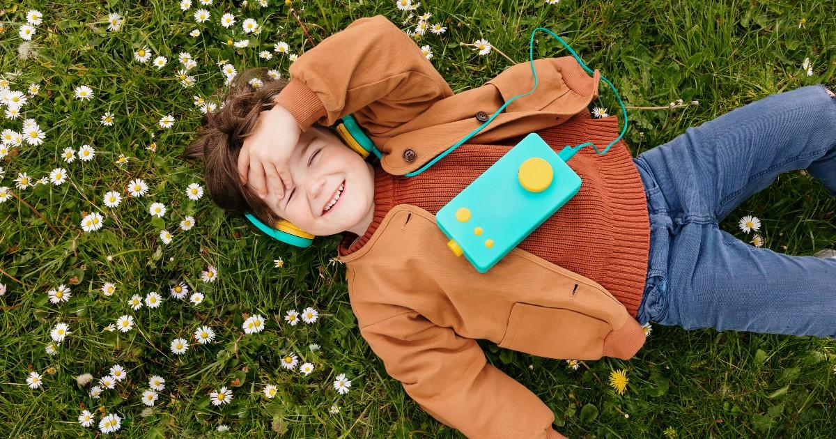 Un bambino con La Fabbrica delle Storie di LUNII - nerdface