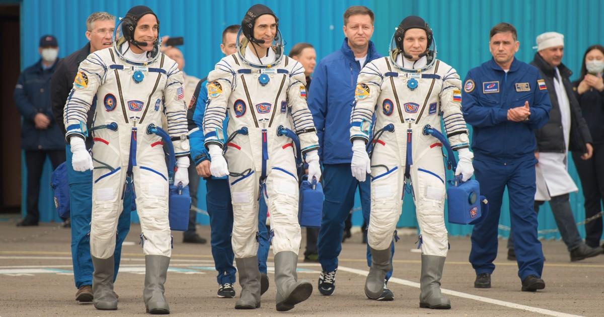 Tre astronauti camminano verso la propria navicella spaziale - nerdface
