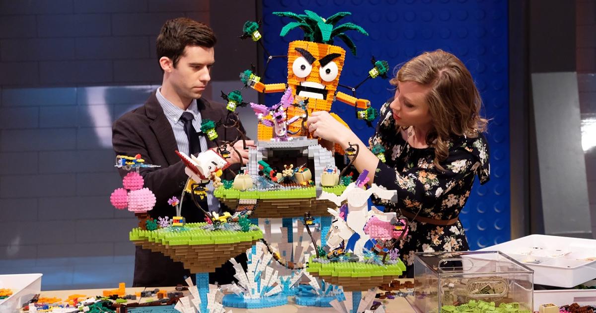 due concorrenti stanno ultimando una costruzione minacciata da una feroce carota gigante - nerdface