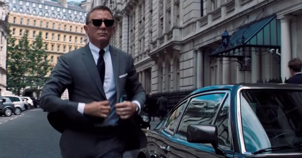 007 si aggiusta la giacca - nerdface