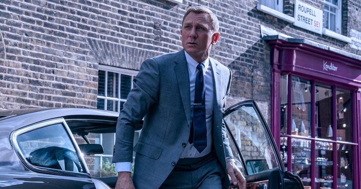 007 esce da una macchina - nerdface