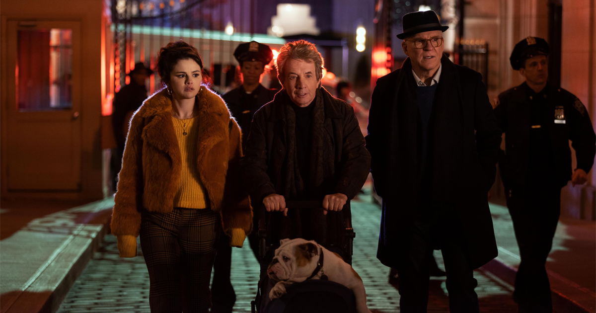 i tre protagonisti della sere sono di fronte a una scena del crimine, di notte - nerdface